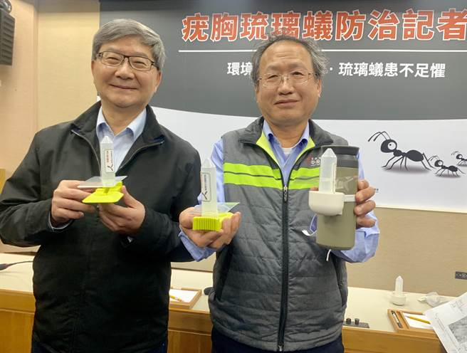 農委會副主委黃金城(右)及環保署副署長沈志修,展示防治蟻群餌劑。(廖志晃攝)