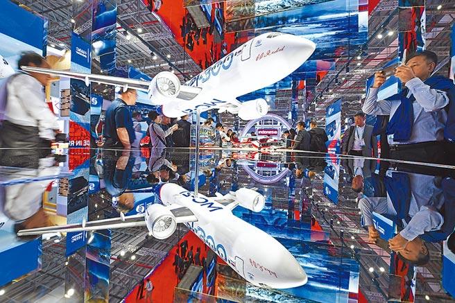 受到貿易戰影響,中華徵信所統計指出,2018年台灣百大集團的總體營運呈現出「四升四降」交錯的情況。圖為第二屆中國國際進口博覽會在上海舉行,國家展主要呈現的主賓國數量較首屆進博會增加到15個。    (新華社)