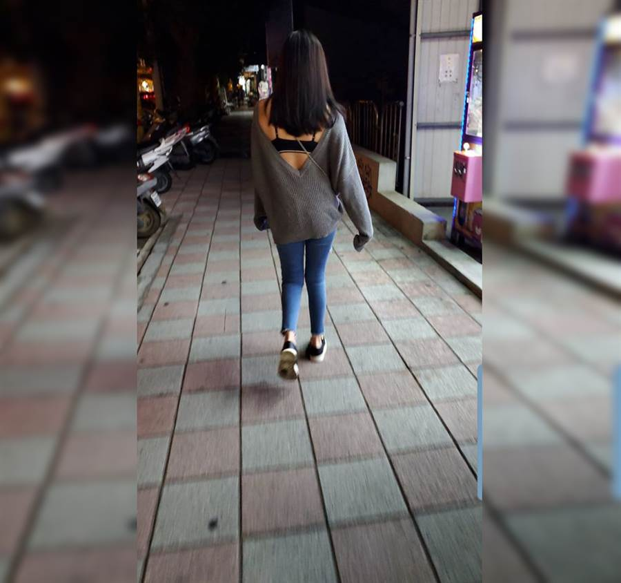 毛衣的深V設計,讓她的無暇美背全曝了光。(圖/摘自臉書《加藤軍路邊隨手拍》)
