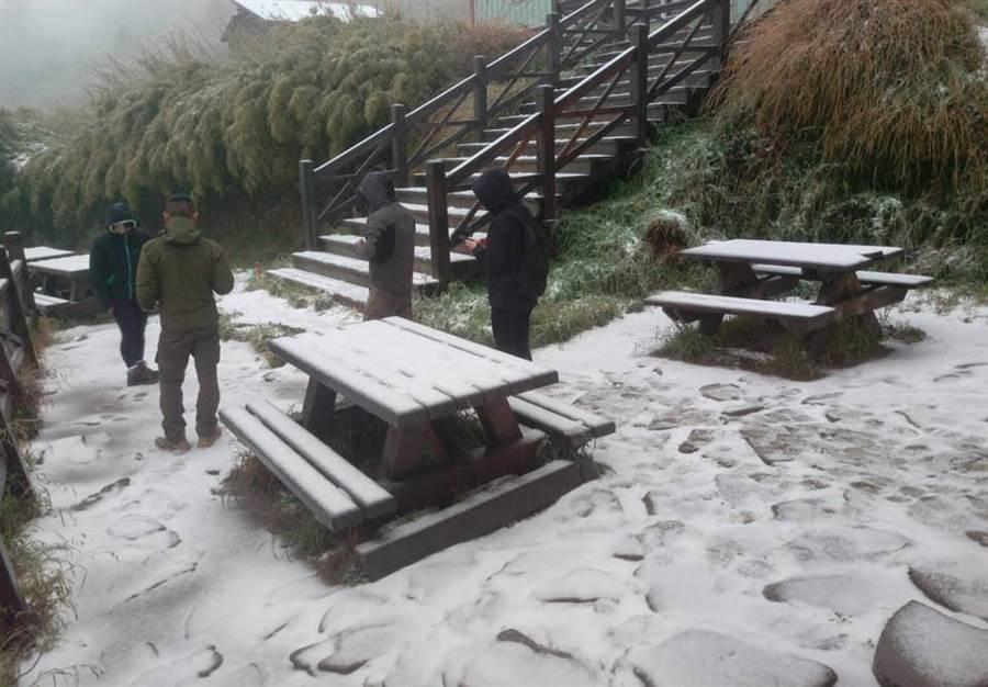 布農卡里布灣登山隊在臉書上貼文,今早雪山下雪了。(圖擷自布農卡里布灣登山隊臉書)