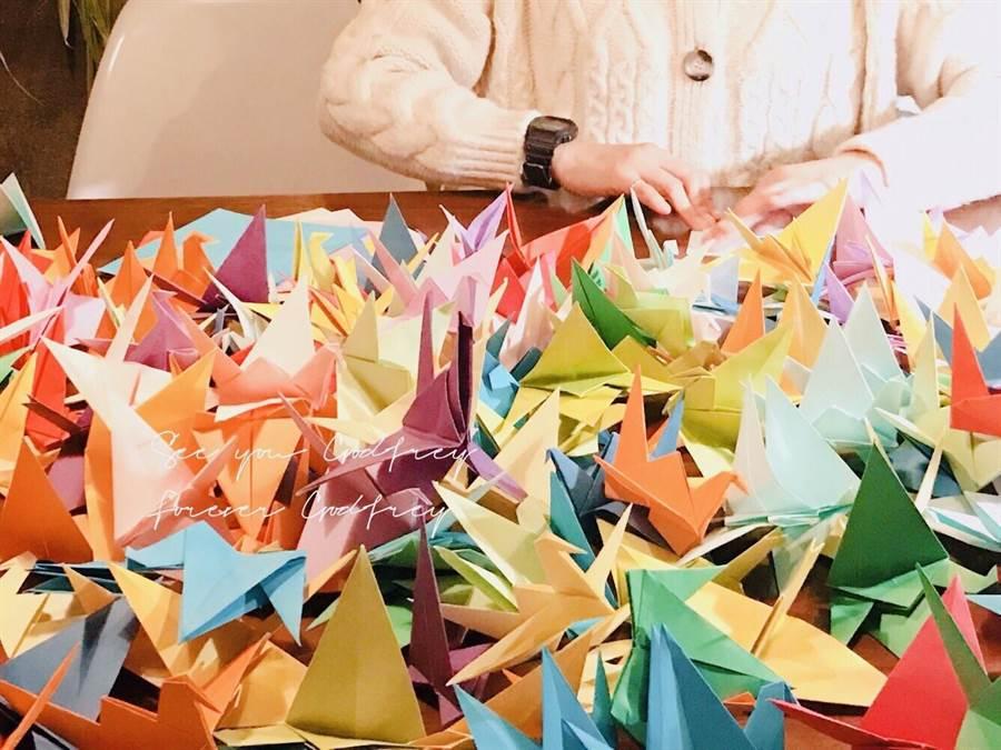 有一位粉絲1人就折了1000隻紙鶴。(粉絲提供)