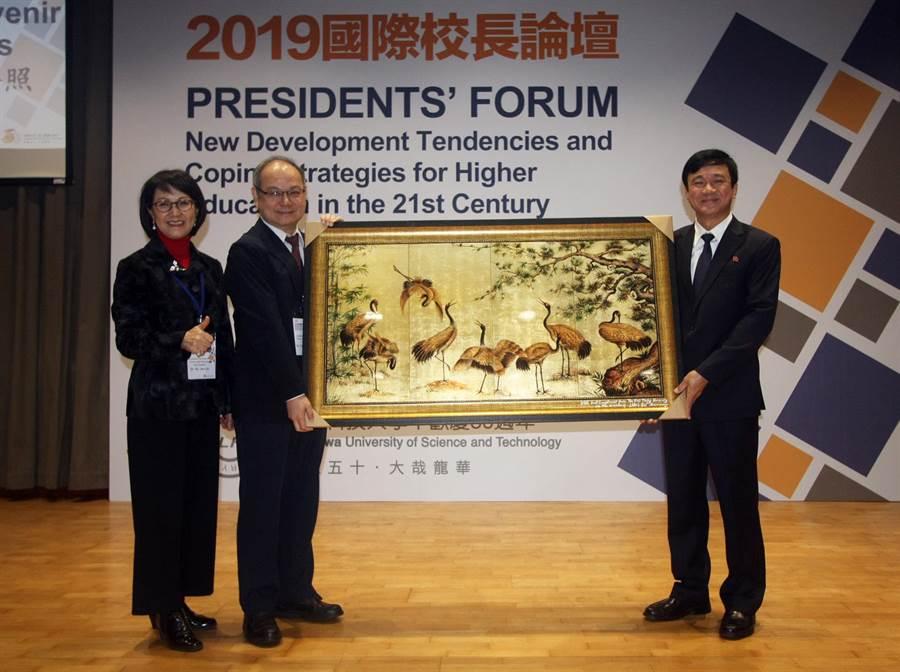越南孫德勝大學校長 Le Vinh Danh (右)致贈紀念品,祝賀龍華科大50週年生日快樂。(龍華科大提供/李侑珊台北傳真)
