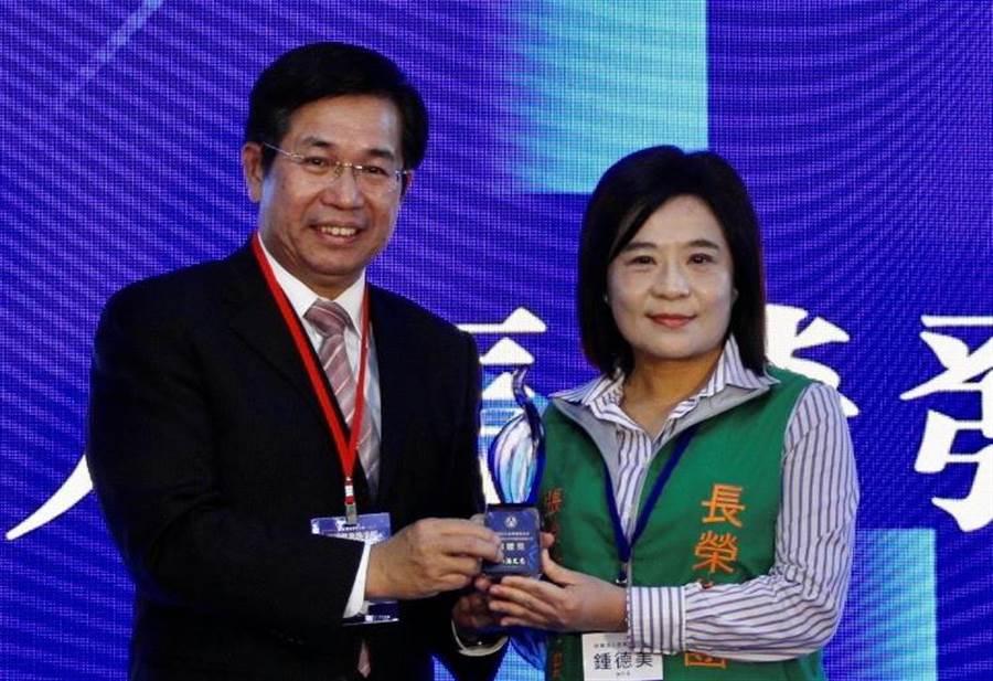 (張榮發基金會執行長鍾德美(右)接受教育部部長潘文忠(左)頒獎。圖/長榮集團)