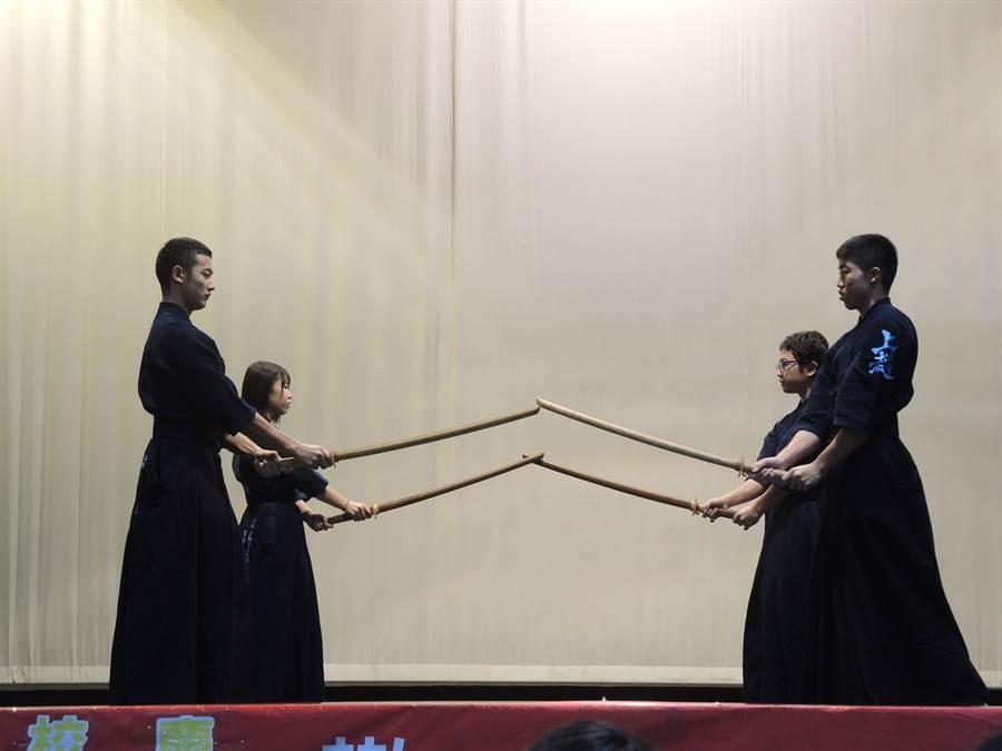 日本新潟縣上越高校學生到大溪至善高中表演劍道。(邱立雅攝)