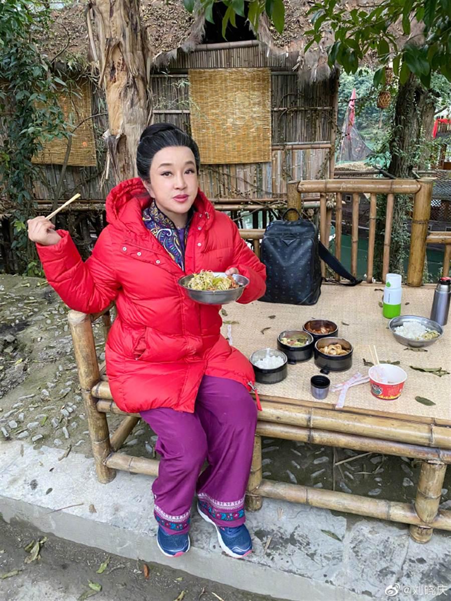 刘晓庆自po的美照。(取自刘晓庆微博)
