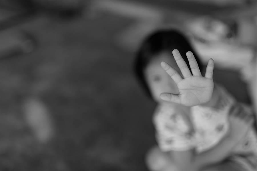 一名幼稚園女童去年被老師發現她下體紅腫、肛門有血跡。(示意圖/shutterstock)