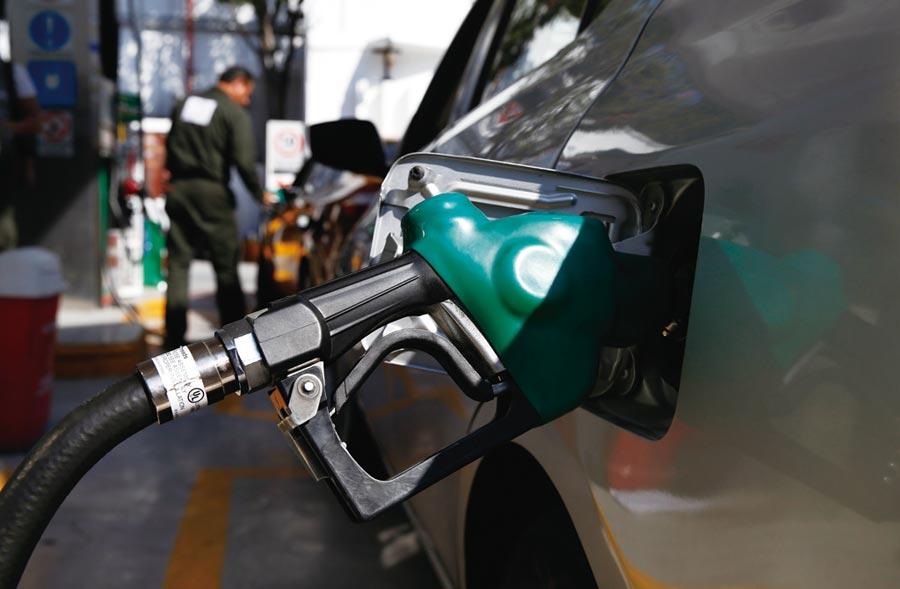 分析師表示,油價回穩,加上美股走強、工業金屬需求強勁等因素,愈來愈多投資人對全球經濟信心轉趨樂觀。圖/美聯社