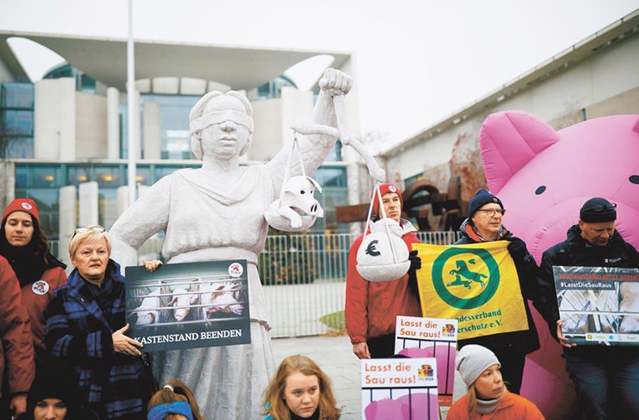 聯合國第25屆氣候會議(Cop25)在西班牙馬德里召開,綠色和平運動人士2日則在德國首都柏林的總理府前示威,要求變更既有的農業政策和措施,以改善氣候保護工作。(路透)