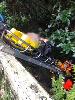 汽車打滑撞摩托車 騎士跌入山溝