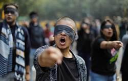抗議女獸醫遭輪姦縱火  印度群眾蒙眼走上街頭