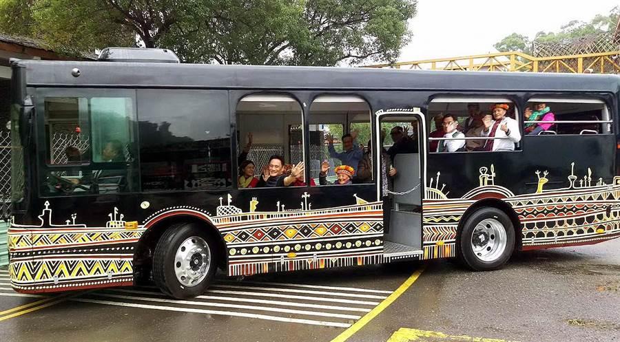 台灣原住民族文化園區推動「綠珠雕琢再造6年中長程計畫」,採購2輛新式電動無障礙遊園車輛,結合原住民族藝術家彩繪,6日啟用。(潘建志攝)