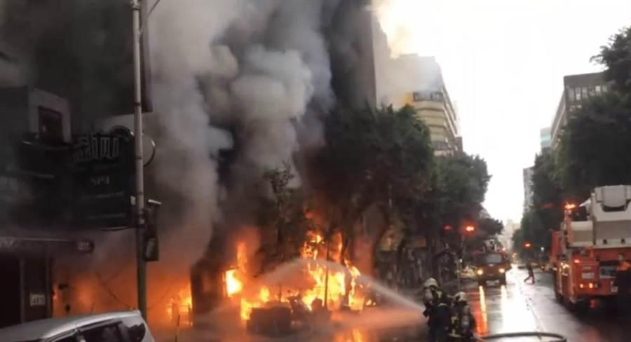 北市林森北路一四面佛宮廟發生火警,消防人員撲救中。(翻攝照片/林郁平台北傳真)