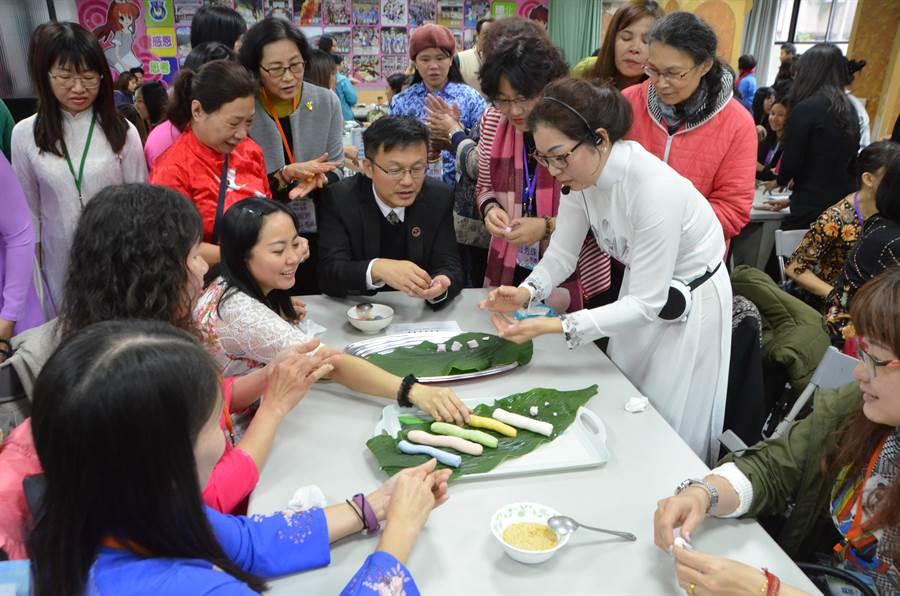 新北市教育局長張明文與共備社群一起製作越南湯圓。(新北市教育局提供/葉書宏新北傳真)