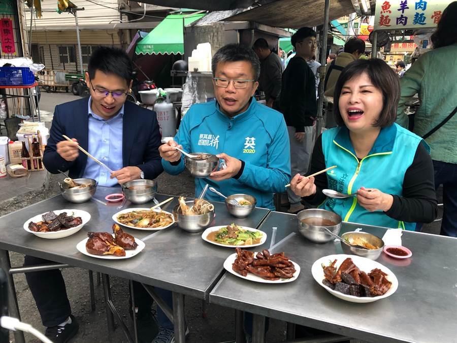 蔡其昌(右二)7日南下挺同黨的台南立委參選人賴惠員(右一),並到白河夜市吃美食。(賴惠員競總提供/劉秀芬台南傳真)