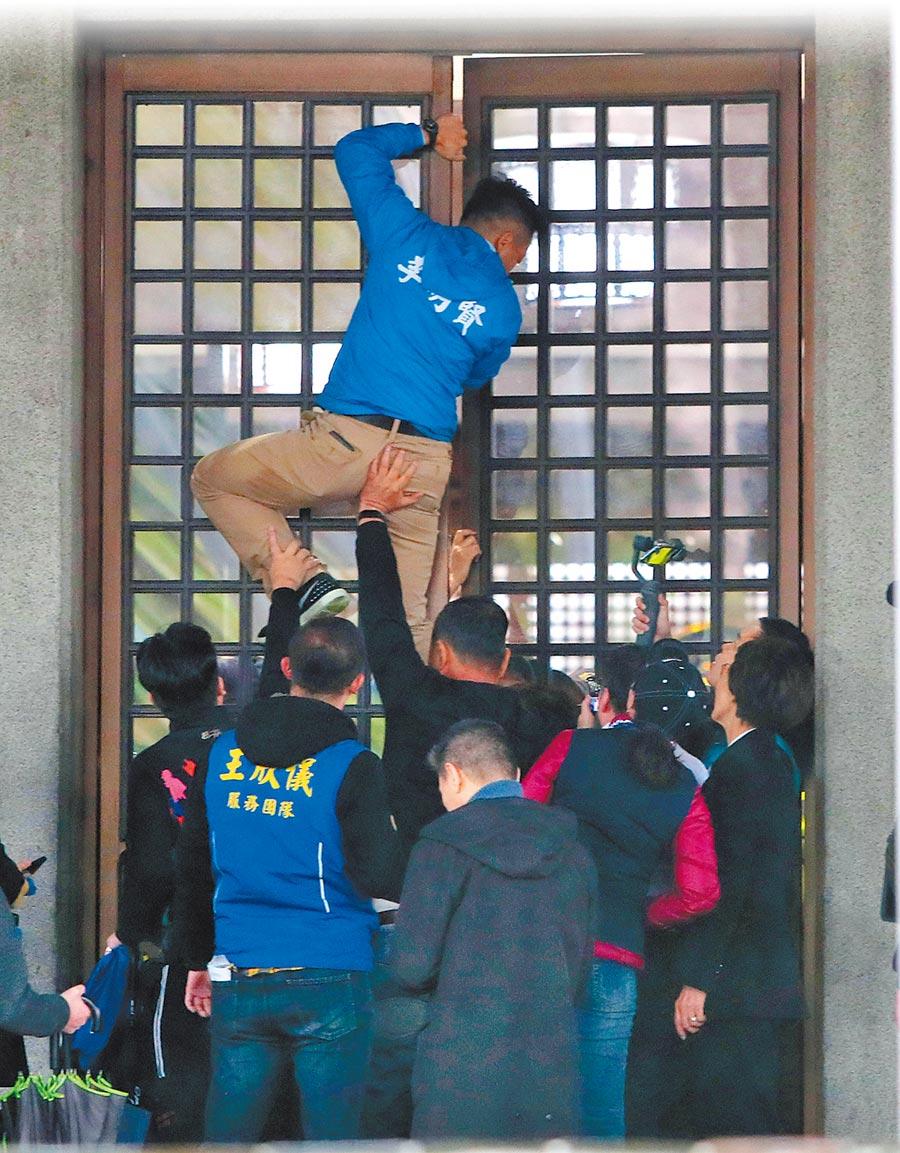 進部會見部長這麼難,多位國民黨立委與台北市議員為了替蘇啟誠討公道,6日赴外交部抗議,雖然進入部內,仍遭部內警衛關起大門阻擋,推擠之下有立委受傷,議員李明賢一度爬上大門未能如願。(鄭任南攝)
