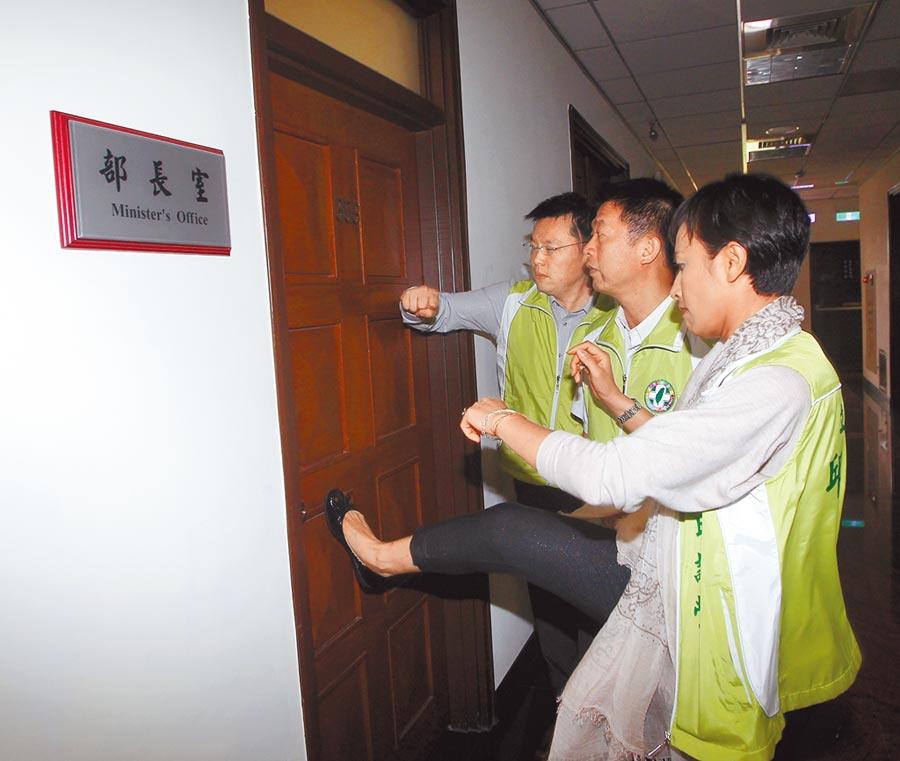 對照2013年綠委邱議瑩(右),為見時任法務部長曾勇夫,一腳踹破大門,事後綠委極力相挺,大嗆行使立委職權,並沒有錯。(本報資料照片)