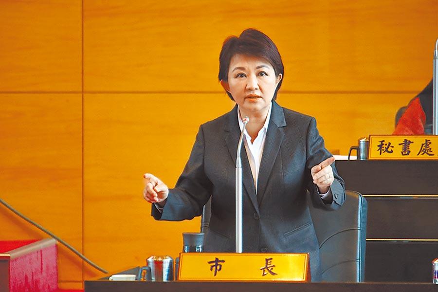 台中市長盧秀燕6日在市議會宣布,「雙十公車明年上路!」民眾刷卡搭公車不只10公里內免費,超過10公里,車資10元就可「坐好坐滿!」(盧金足攝)