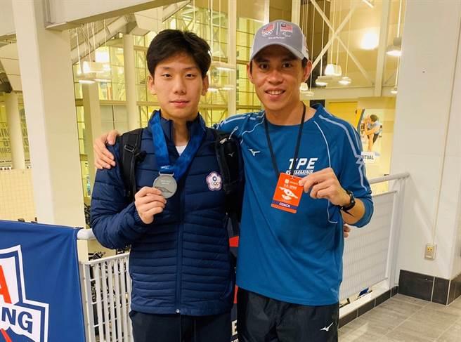 游泳選手王冠閎(左)是第一位在美國游泳公開賽奪牌的中華隊選手。(教練黃智勇提供/陳筱琳傳真)