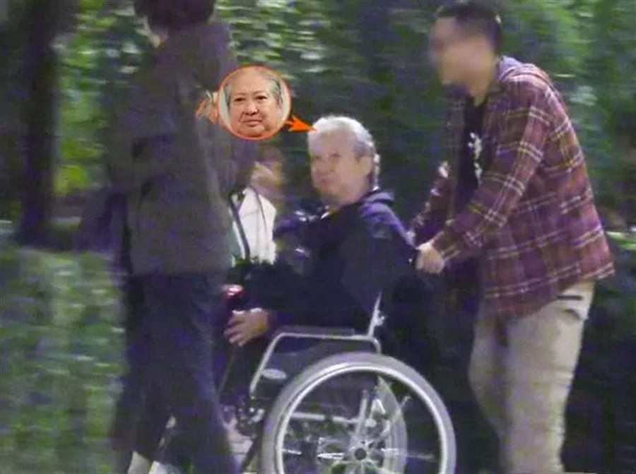 洪金寶坐輪椅離開。(圖/翻攝自新浪娛樂)