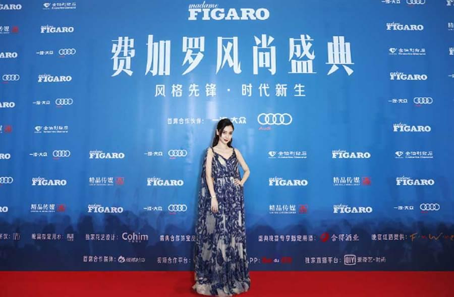Angelababy擠不出時間參加時尚活動,竟P圖雲端走紅毯,引發熱議。(翻攝自楊穎工作室微博)