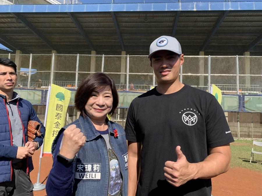 旅美投手陳偉殷返台後舉行棒球訓練營在8日來到了基隆,在大武崙棒球場與基隆三級(國小、中、高中)棒球隊伍互相交流球技。(吳康瑋攝)
