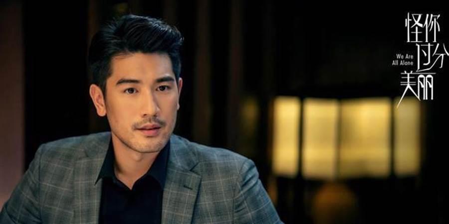 高以翔在《怪你過分美麗》飾演莫北律師。(摘自微博)