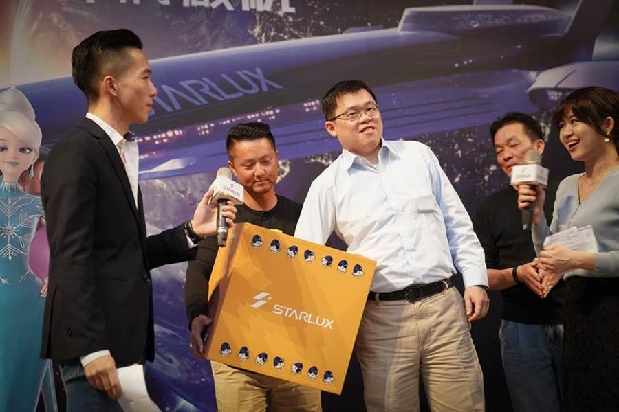 星宇航空盛大舉行尾牙,董事長張國煒在現場抽出獎項。 (圖擷自星宇航空粉絲專頁)