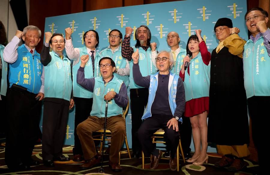 前總統陳水扁(前左)8日出席「一邊一國行動黨立委提名人與媒體見面會」,陳水扁與一邊一國行動黨不分區立委被提名人及區域立委參選人們一起喊口號加油。(劉宗龍攝)