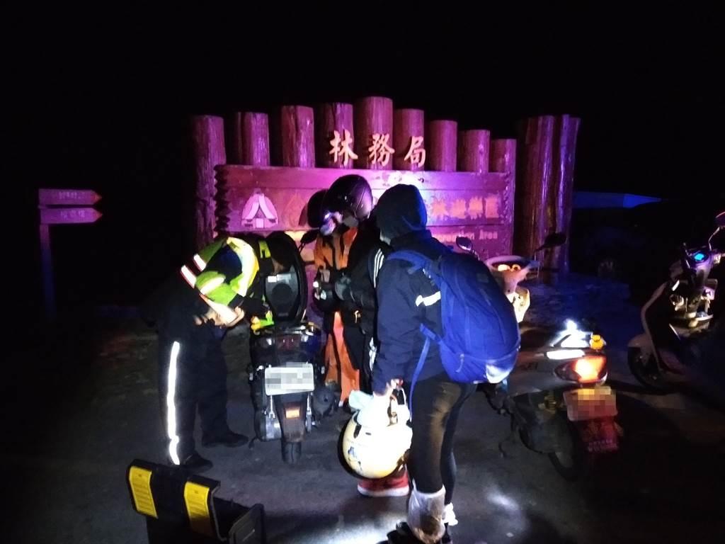 5人分乘3輛機車上山,其中一台車卻受低溫影響,車組零件被急凍,導致無法順利發動,受困在3千多公尺的高山上。(新城警察分局提供/王昱凱花蓮傳真)