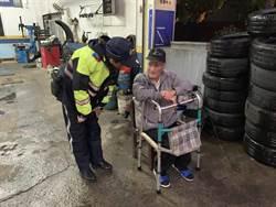 老翁寒風細雨中迷途  警逐戶幫他找家人