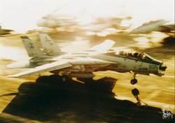 F-14飛行員如何將受損戰機平安降落