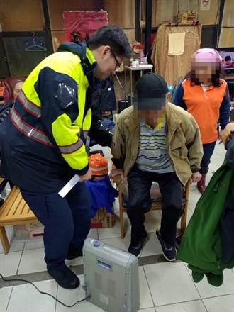 8旬老翁孤坐淋雨  警民合力助返家