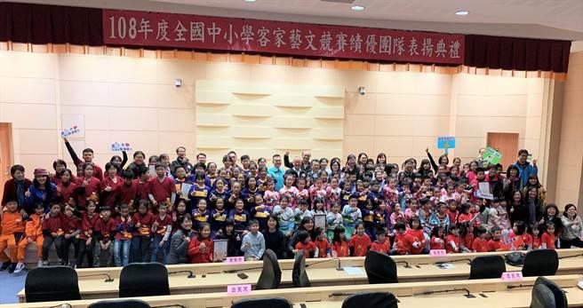 苗栗縣國中小、幼兒園共23隊伍,參加全國中小學客家藝文競賽全國總決賽,摘下23項獎項,締造大滿貫輝煌成績。(何冠嫻攝)