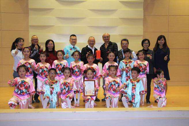 啟文國小勇奪國小低年級組客語歌唱表演類全國冠軍。(何冠嫻攝)
