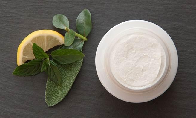 洗面乳或洗面皂皆無法有效地緊實肌膚,只有清潔效果。(圖片來源:pixabay)