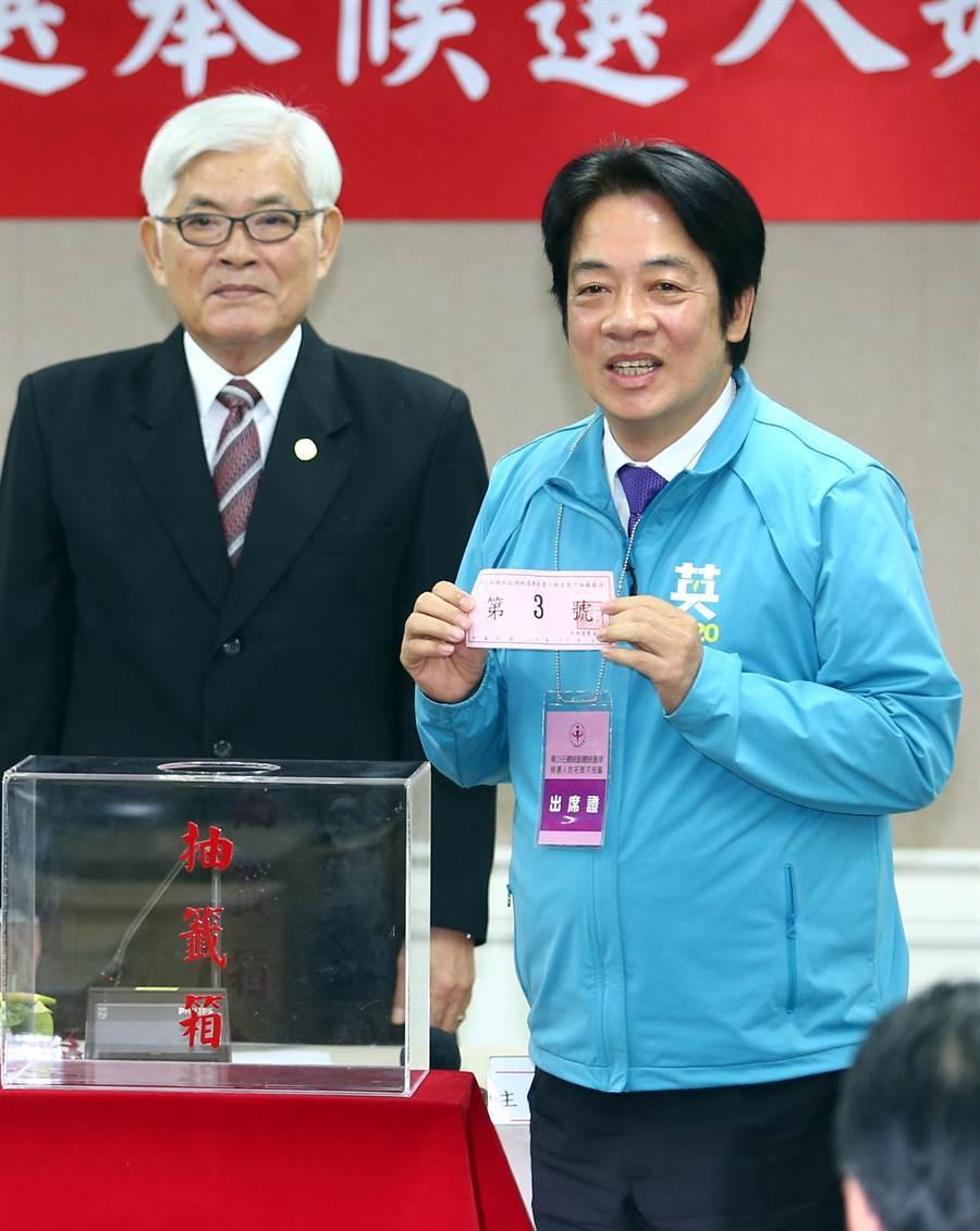 民進黨副總統候選人賴清德抽到3號。(陳信翰攝)