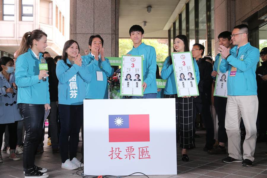 民進黨的「英德配」抽中3號,副總統參選人賴清德(左三)與青年代表一同喊出「3張選票顧台灣」。(黃世麒攝)