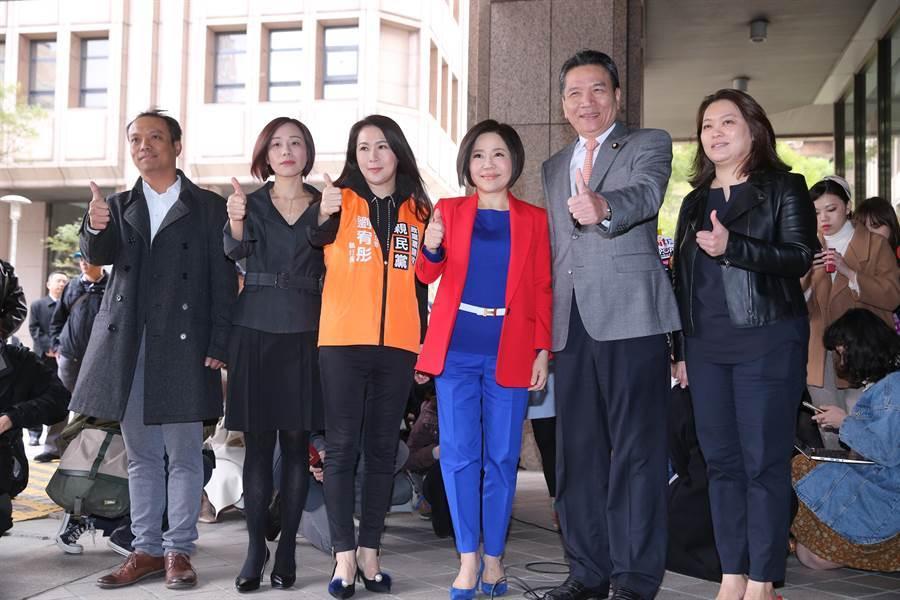 親民黨的「宋湘配」抽中1號,親民黨立院黨團總召李鴻鈞(右二)、發言人于美人(右三)比出大拇指。(黃世麒攝)