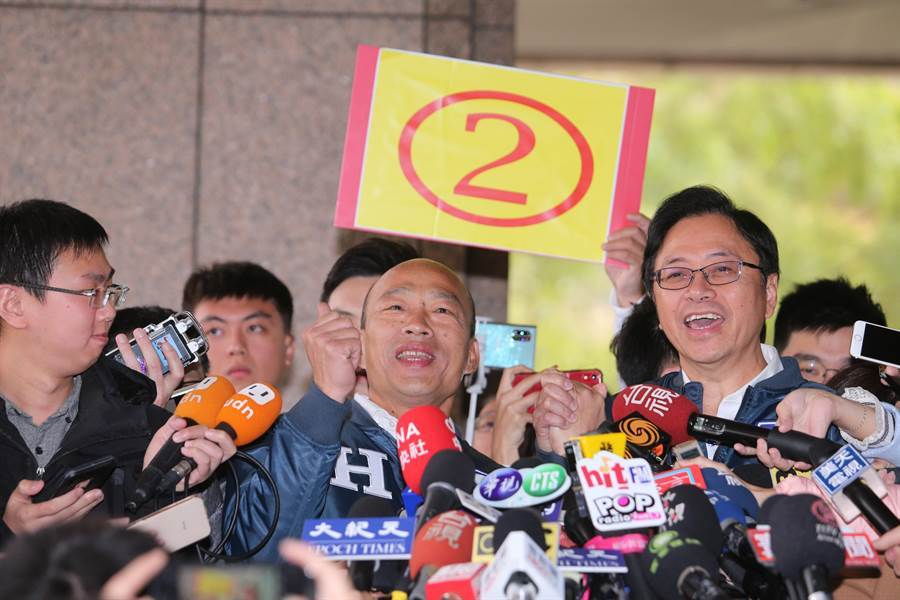 國民黨的「國政配」抽中2號,韓國瑜(中)與搭檔張善政(右)手牽手現場高歌一曲。(黃世麒攝)