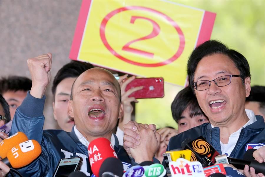 國民黨總統、副總統參選人韓國瑜(左)、張善政(右)9日前往中選會抽籤並抽中2號。(黃世麒攝)