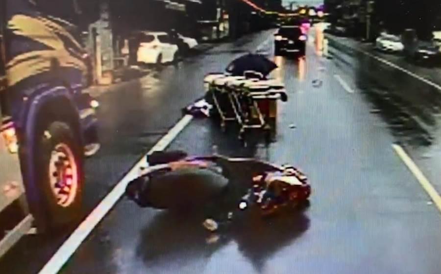 6日清晨6點16分左右,彰化縣社頭鄉員集路4段發生一起死亡車禍,一名62歲的蕭姓男子在回家路上時,在距離住家不到3公里處撞上一輛停在路旁的小貨車,倒地後又慘遭後方小客車撞擊,送醫經搶救後仍回天乏術。(民眾提供/吳建輝彰化傳真)