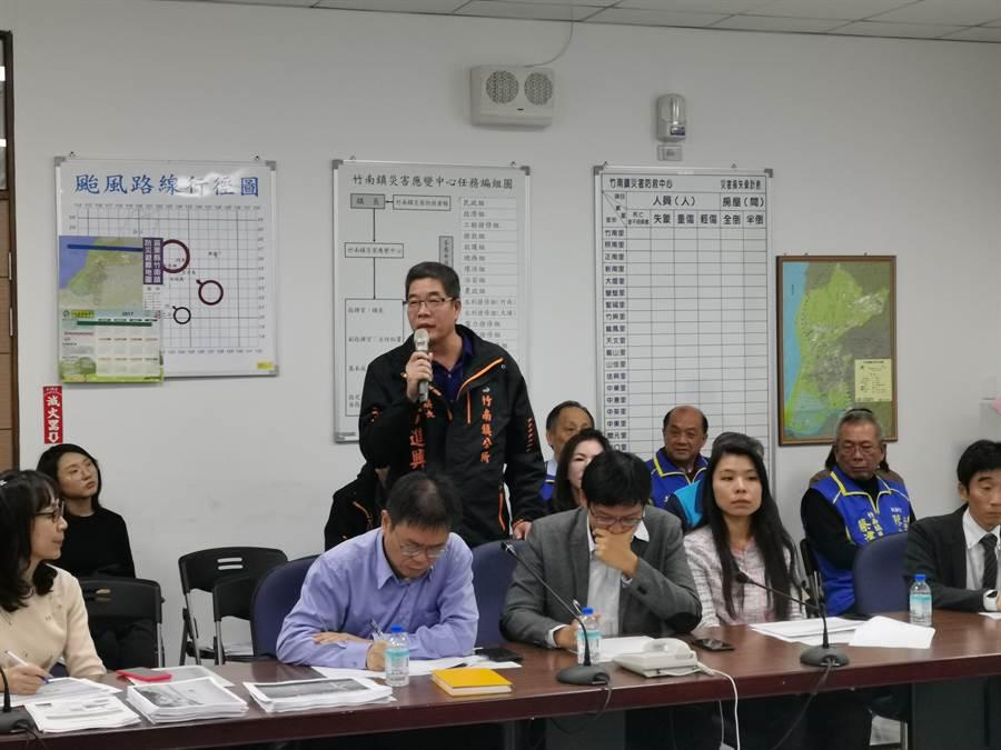 竹南鎮長方進興〔立者〕要求能源局公平處理回饋一事。〔謝明俊攝〕