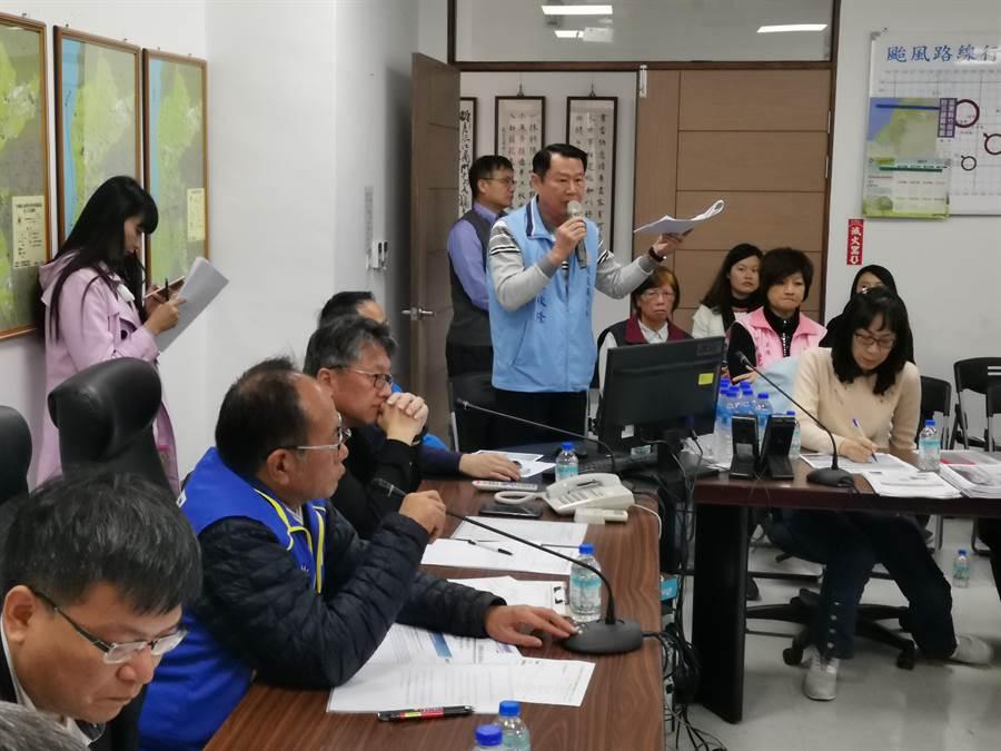 後龍鎮長朱秋隆要求廠商重視沿岸居民生計。〔謝明俊攝〕