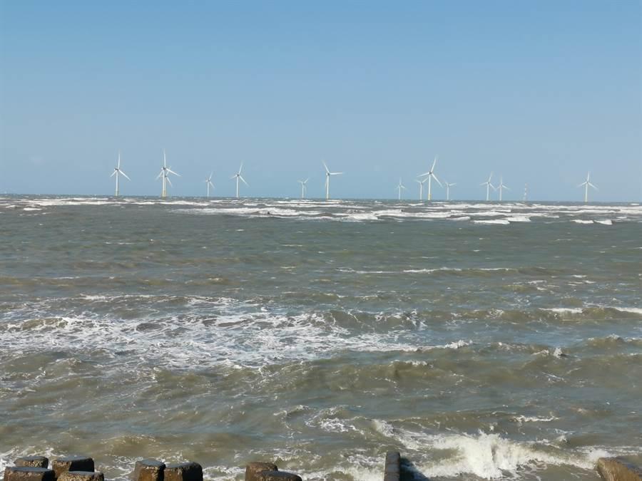 竹南外海離岸風機已經開始商轉。〔謝明俊攝〕