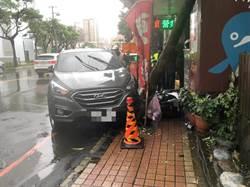 車停路邊忽消失 天兵車主報警才知愛車「自撞」樹