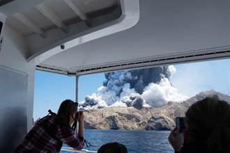 悚!火山爆發遊客狂跳海 醫院淪戰場