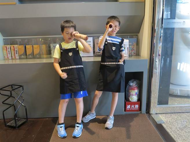 參與玩色派對的孩子俏皮地以藏寶圖看世界。(人文遠雄博物館 提供)