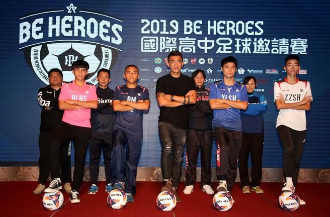 由「台灣隊長」陳柏良(中)號召舉辦的BE HEROES國際高中足球邀請賽,今年第2屆將由4支地主球隊遭遇日、港、土3支外國勁旅。(李弘斌攝)