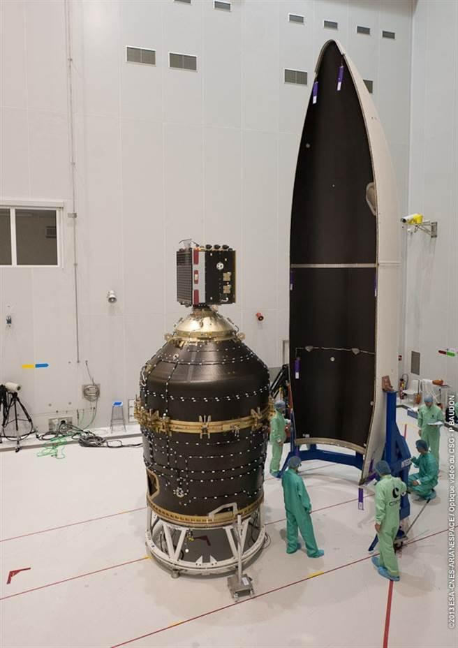 第一個處理的太空垃圾,將是火箭頂部的整流罩,也就是右邊的那一片。(圖/ESA)