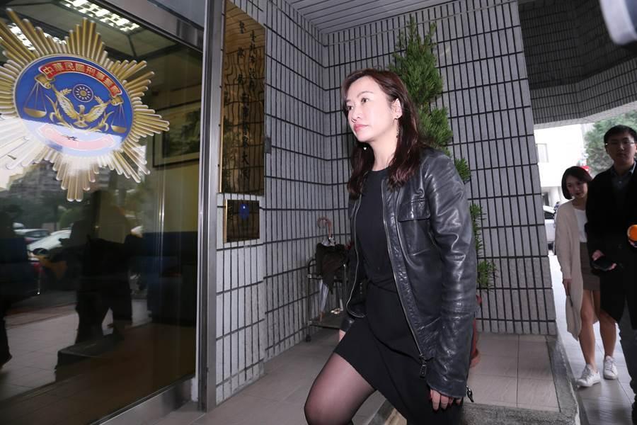 韓競辦總發言人王淺秋赴北市警刑警大隊提告。(黃世麒攝)